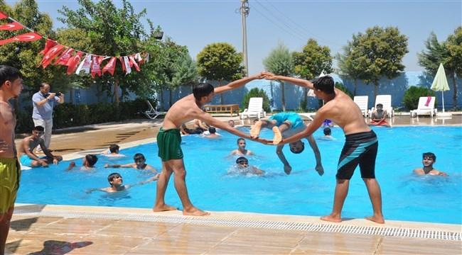 Çadır kenttin gençleri yüzme kursuyla motive ediliyor.