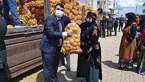 Hilvan Kaymakamı'nın patates çuvalı ile pozu tepki çekti